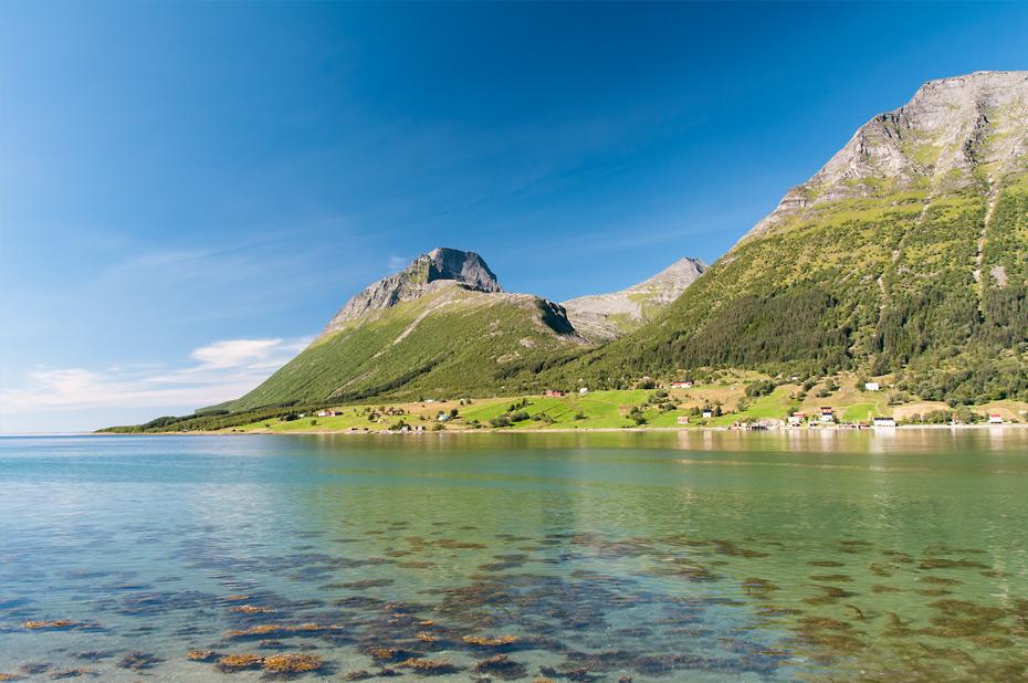 Die Landschaftsroute Helgelandskysten nördlich von Nesna, eine der schönsten Küstenstraßen der Welt
