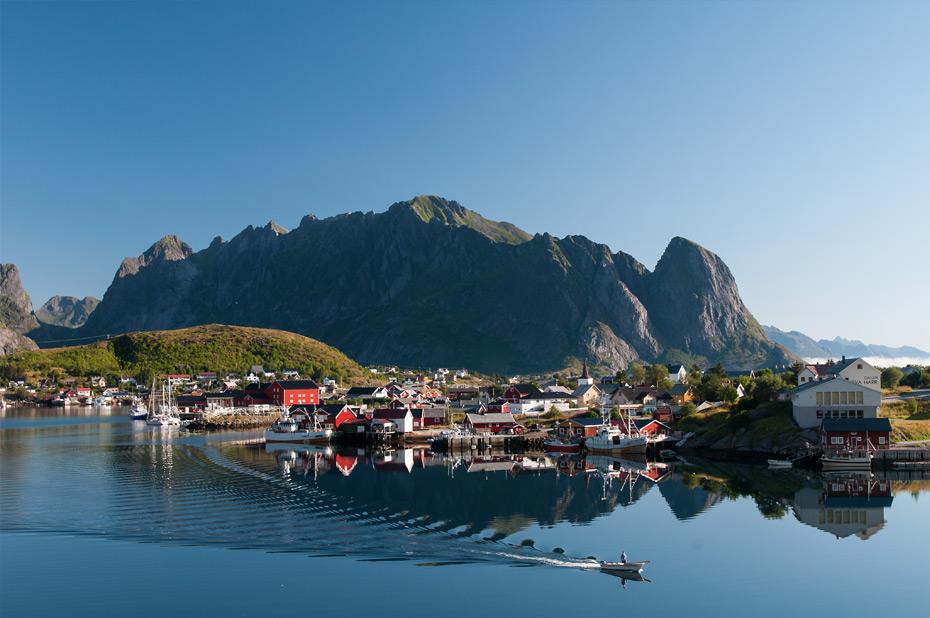Reine auf den Lofoten: Berge, Fjorde und bunte Häuser