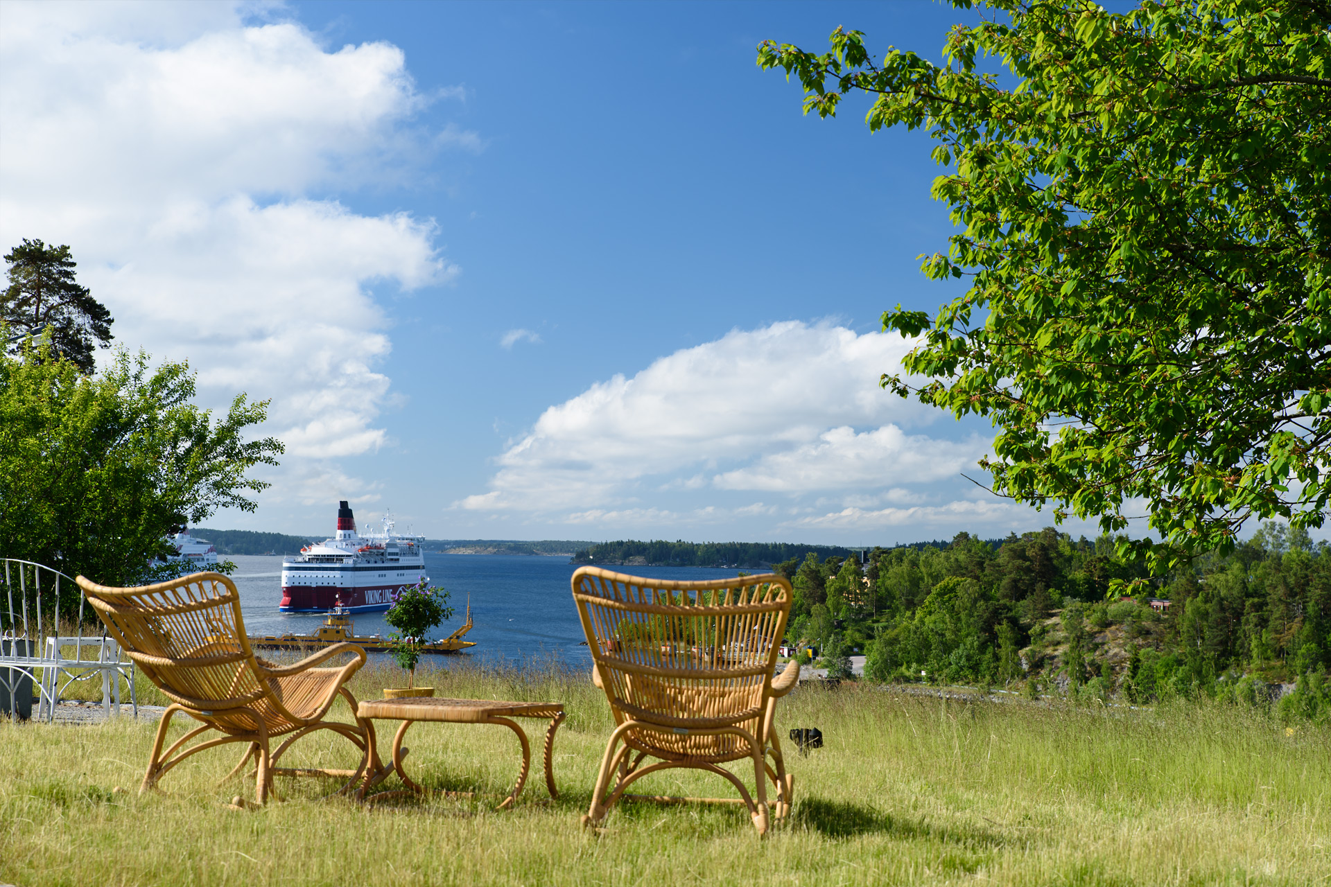 Frühstück mit Ausblick auf vorbeifahrende Schiffe im Hotel Fredriksborg